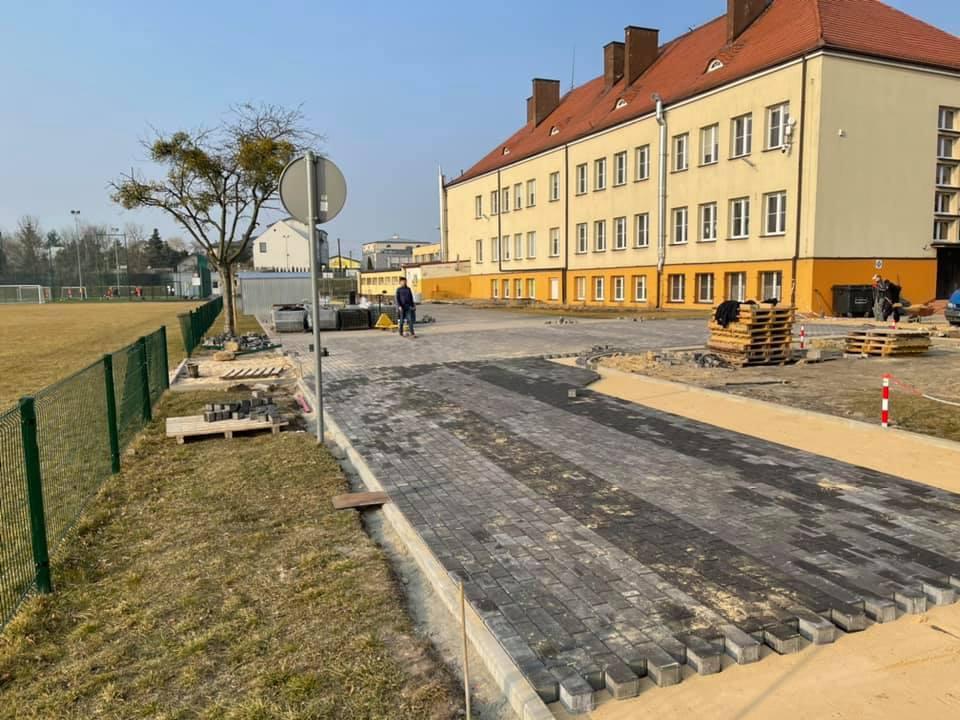 Zdjęcie trwającej inwestycji pn. utwardzenie terenu przy szkole podstawowej w Zakroczymiu
