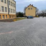 Zdjęcia z przebudowy terenu za szkoła podstawową obrazujące outwardzony teren i wydzielone miejsca parkingowe_2